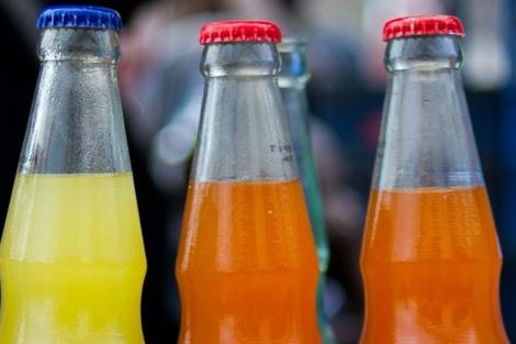 Varias botellas de refrescos azucarados. | Afp