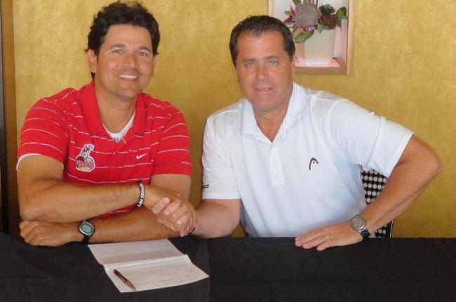 Carlos-Subero-firmando-contrato-con-el-Ing.-Andr%C3%A9s-Cruz-e1337624484695.jpg